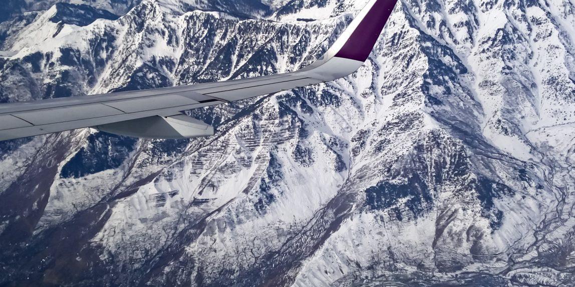 Uitzicht vliegtuig boven wintersportgebied