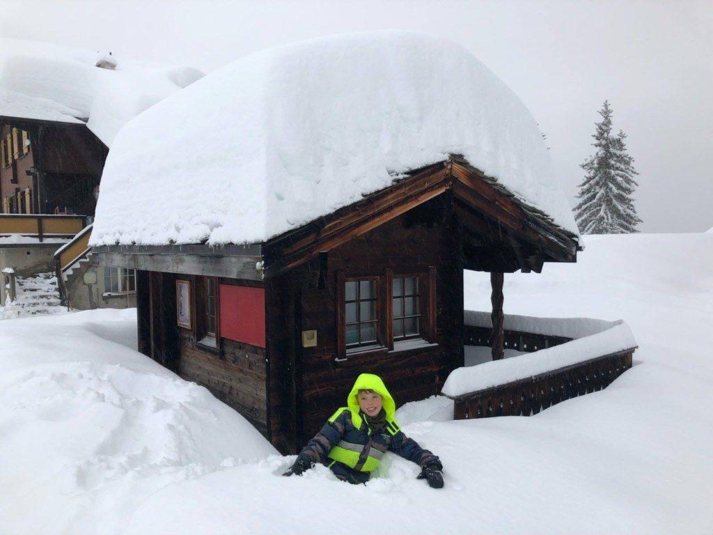 kind in de sneeuw